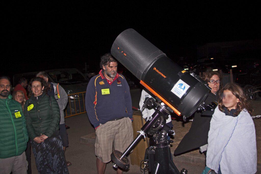 Público observando por un potente telescopio